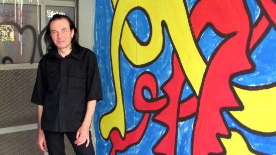 Richaâârd vor einem seiner Werke in einer Toreinfahrt auf der Prießnitzstraße.