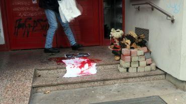 Blutfleck, Kanthölzer und Pflastersteine vor der Tür