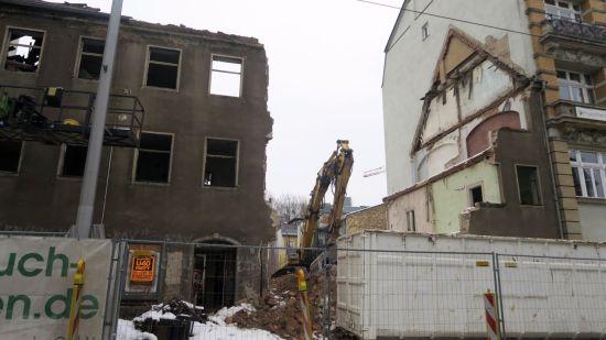 Am Dienstag war die Fassade zur Hälfte weg.