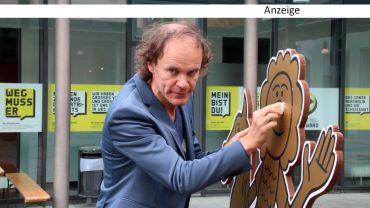 Der feine Herr Schirmherr poliert den Goldenen Reiter.