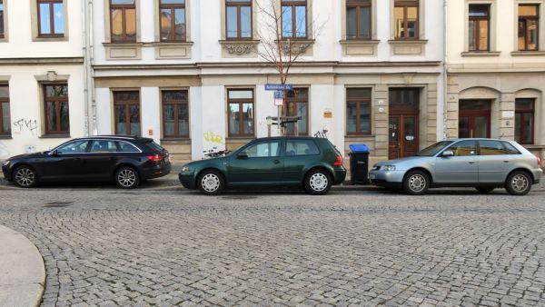 Gleich drei Falschparker wurden auf der Schönfelder Straße markiert. Nummer Eins parkt auf dem abgesenkten Bordstein, Nummer Zwei und Drei im Kreuzungsbereich.