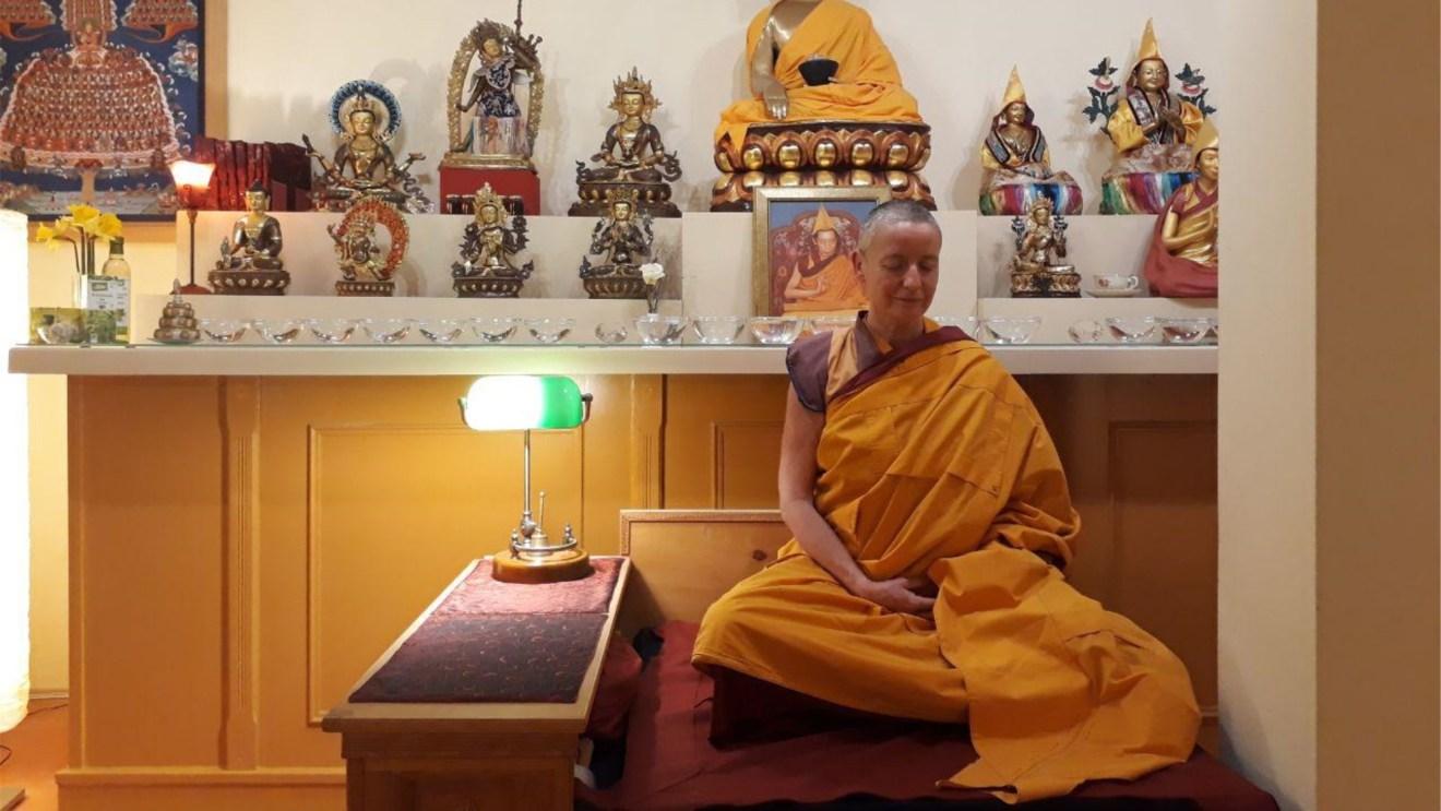 Die Zentrumslehrerin Kelsang Lobma. Als buddhistische Nonne hat sie ihr Leben der Suche nach dem Seelenfrieden durch Meditation verschrieben.