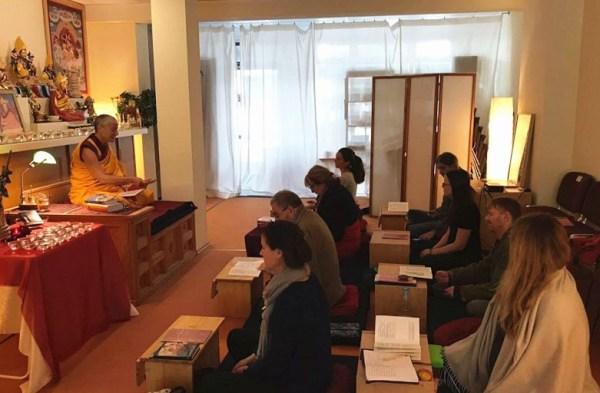 """Im Meditationszentrum """"Kadampa"""" wird nicht nur meditiert, sondern auch die Lehren des Buddha an die Gäste weitergegeben."""
