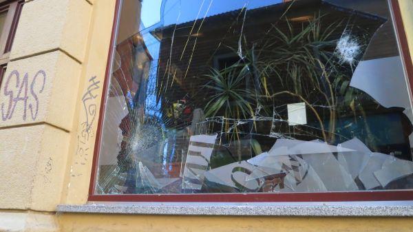 Zerstörte Schaufensterscheibe am Café Pawlow - Foto: Archiv 2014