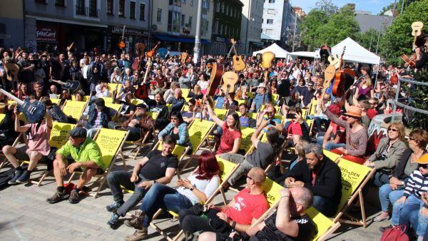 2018 zupften 46 Leute an ihren Klampfen auf dem Scheune-Vorplatz