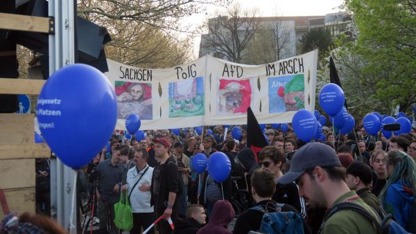 Mit Luftballons und Plakaten gegen das Polizeigesetz