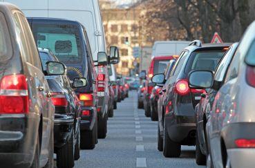 Verkehrswissenschaftler versprechen sich sehr viel von digitaler Ampelsteuerung, welche solche typischen Rush-Hour-Ampelstaus reduzieren würde. fotolia.com © Kara
