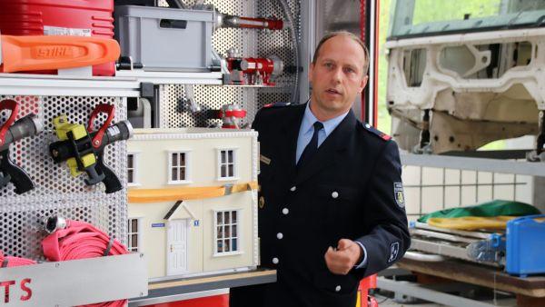 Michael Heinze, Brandschutzerzieher, zeigt den neuen Gerätewagen