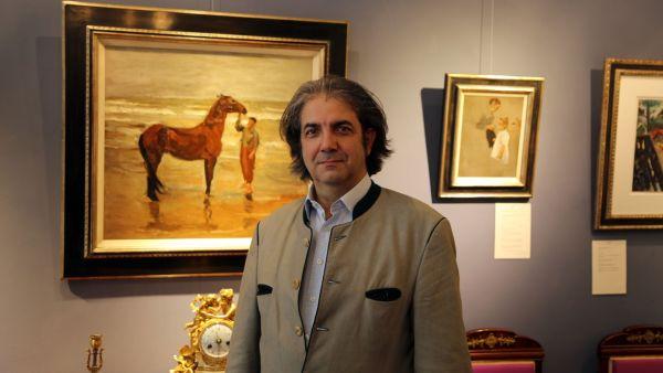 """Galerist José Manuel Ladrón de Guevara vor Liebermanns """"Junge mit Pferd am Strande"""""""