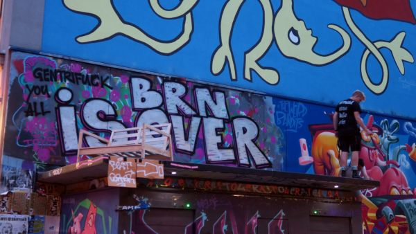 Wie immer im Zeitgeist - Graffito über der geschlossenen Louisentoilette.