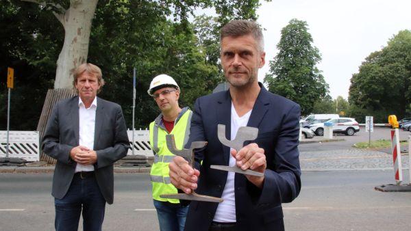 DVB-Vorstand Lars Seiffert mit dem abgefahrenen Schienen-Vergleich.
