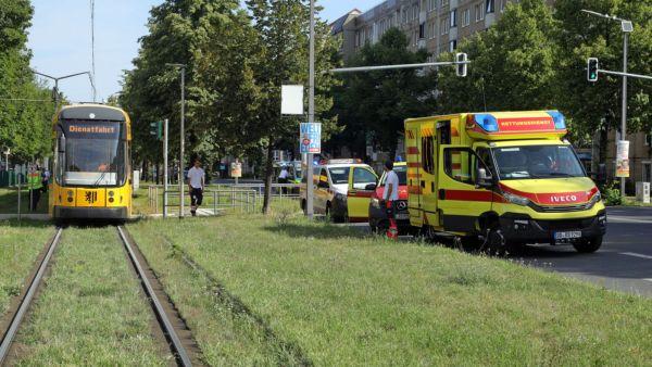 Der Verletzte wurde vor Ort behandelt. Foto: Roland Halkasch