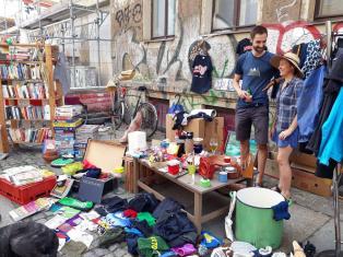 Flohmarktstand mit Bibiliothek auf der Rudolf-Leonhard.