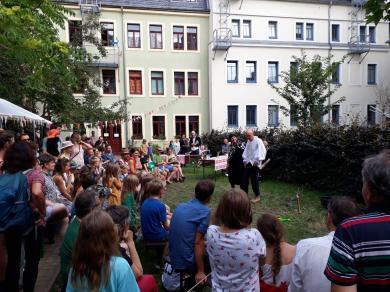 Gespanntes Publikum beim Theater im Innenhof.