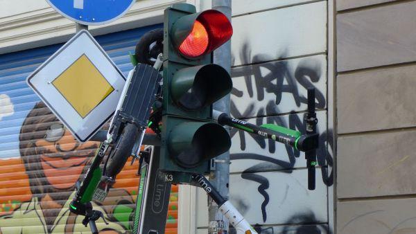 Elektroroller an der Ampel - Foto: Erich von DD.Photo