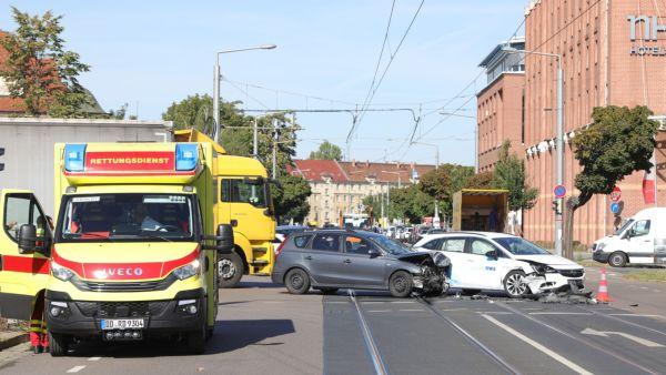 Drei Verletzte wurden mit Rettungswagen ins Krankenhaus gebracht. Foto: Roland Halkasch