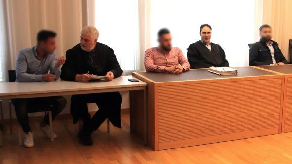 Die Angeklagten mit Anwälten am Landgericht