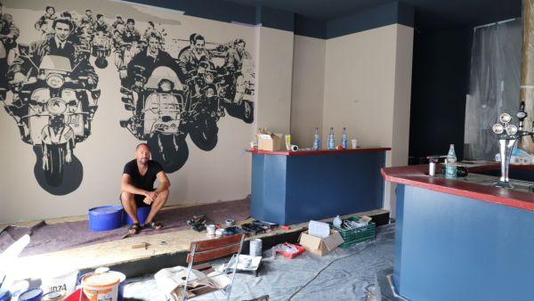 Sascha Reiher beim Vorrichten in den neuen Räumen.