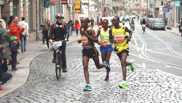Der spätere Sieger Ezekiel Koech (rechts) und der Zweitplatzierte Edwin Kosgei (links, beide Kenia) führten schon in der Neustadt den Lauf an.