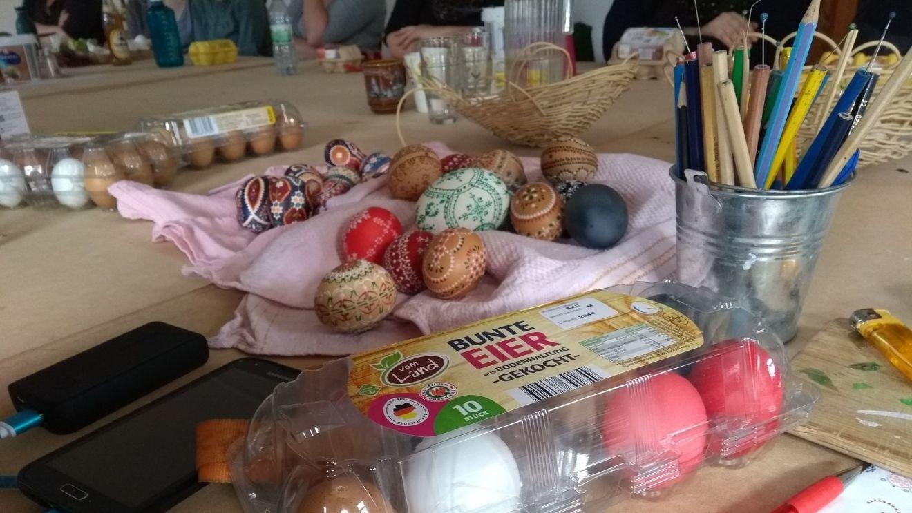 Durch diese besondere Deoration scheinen Ostern und Weihnachten auf einem Tag zu fallen.Foto: Ulla Wacker