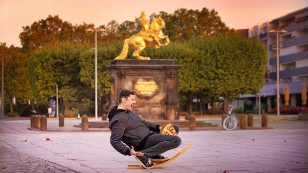 Christian Friedel vor dem Goldenen Reiter - Foto: Amac Garbe
