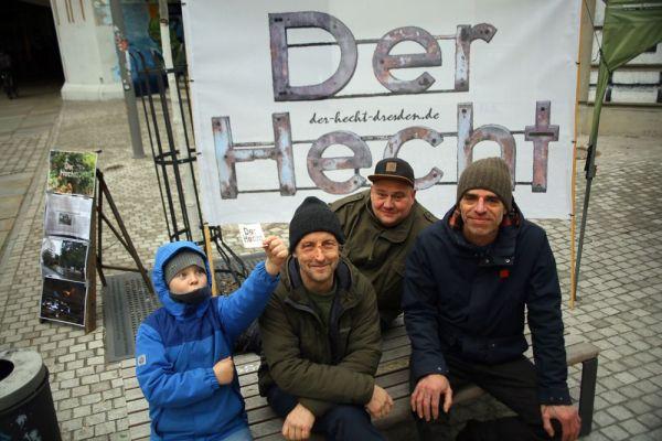 Jugendliche Unterstützung für Torsten Schulze (Grüne), den Gewebetreibenden Fabian Münzner und den Künstler Gero Dumrath. Foto: Lucca Miro Heymel-Münzner