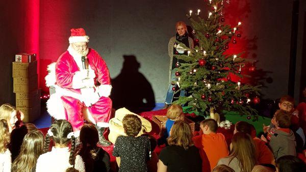 Die Weihnachtsgeschichte wird vorgelesen. Foto: SC Borea