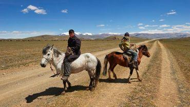 Hirten auf der Straße von Tolbo nach Khovd im Mongolischen Altai - Foto: Jan Oelker