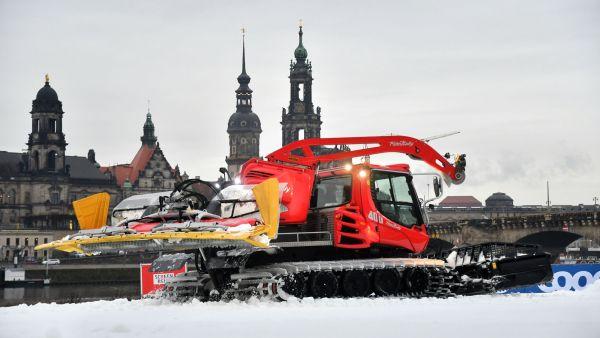 Pistenbully vor Dresdenkulisse; Skiweltcup Dresden - Foto: Anja Schneider