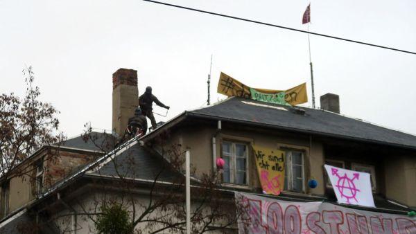 Die Polizei auf dem Dach des letzten Hauses.