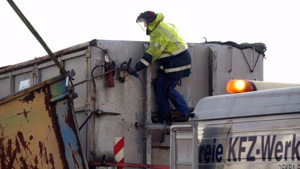 Der Deckel des Containers wurde geborgen. Foto: Roland Halkasch