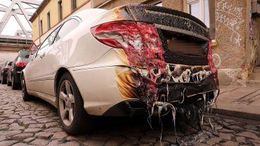 Das benachbarte Auto wurde durch den Brand in Mitleidenschaft gezogen. Foto: Tino Plunert