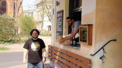 """""""Sankt Pauli""""-Mitarbeiter Frank und Daniel freuen sich auf Kundschaft."""
