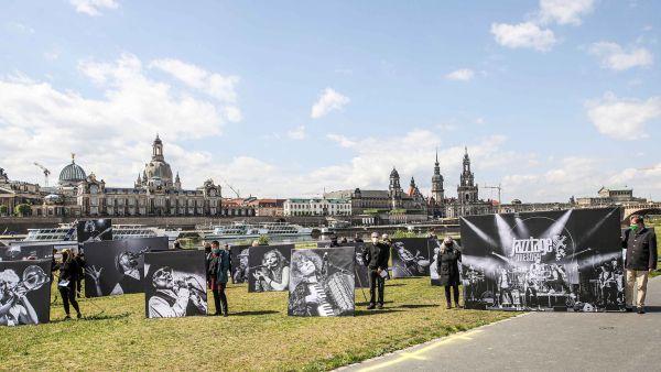 Demonstration der stillen Künstler am Elbufer - Foto: meeco Communication Services