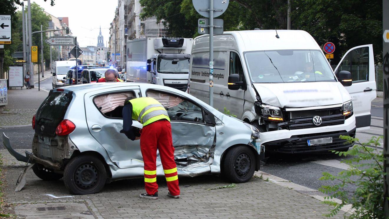 Transporter gegen Kleinwagen - Foto: Roland Halkasch