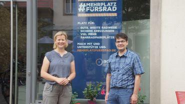 Barbara Baum und Edwin Seifert von Landes- und Stadtverband des ADFC vor dem neuen Büro in der Kästner Passage