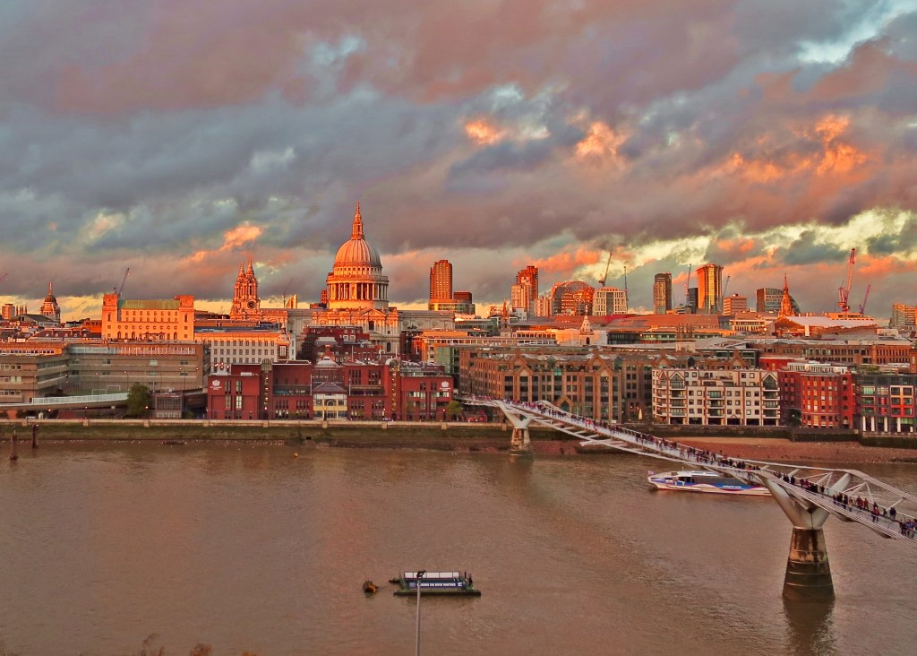 The sun sets of St Paul's Cathedral