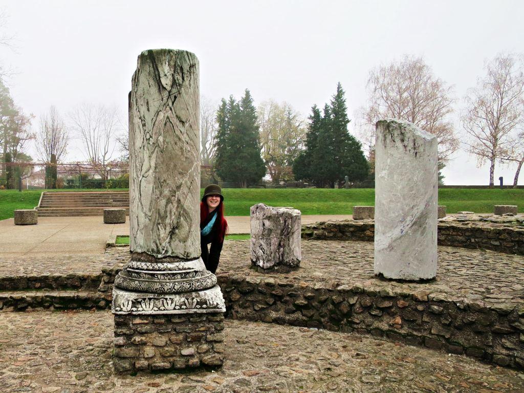IMG_4980 JAcqui and ruins neh