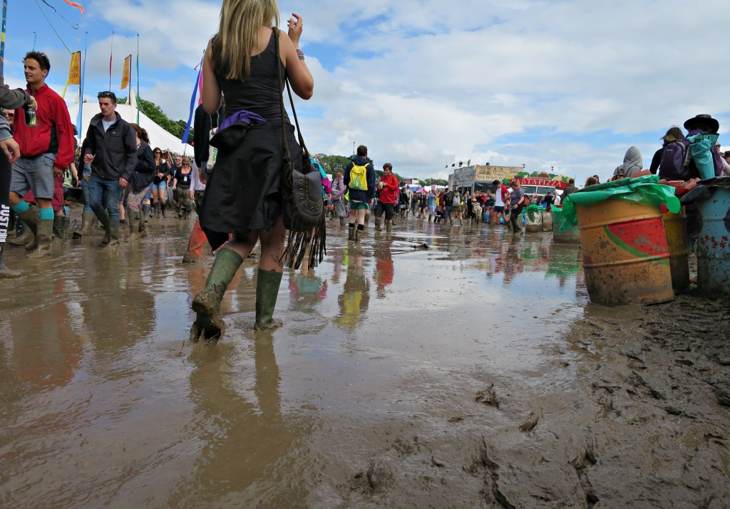 Glastonbury 2016 25 June Saturday afternoon mud WS