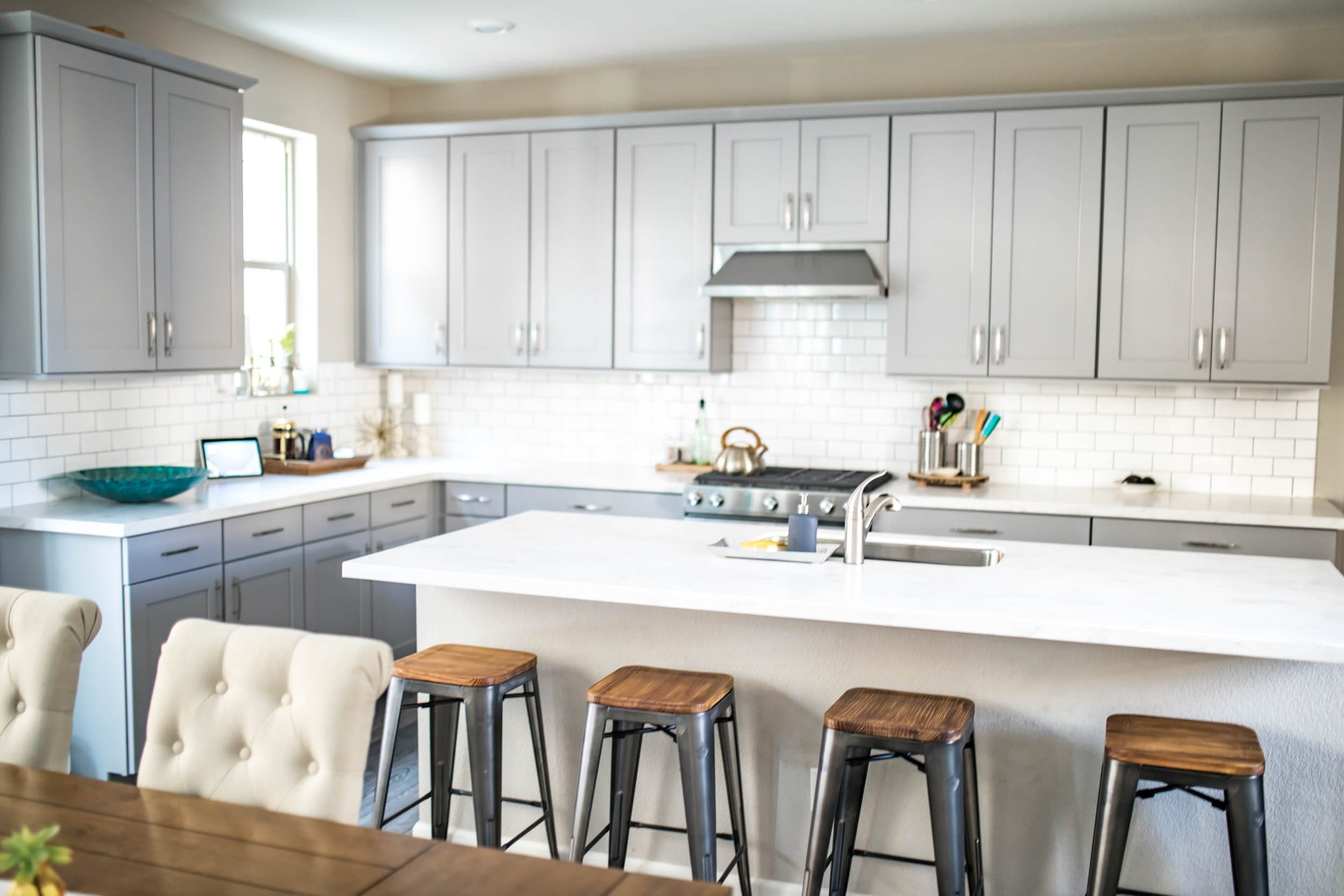 change grout color | charcoal grout | grout colors for white tile | grout colors for white subway tile | dark grey grout for subway tile | grout refresh | change grout color subway tile | Never Skip Brunch by Cara Newhart | #livingroom #home #decor #neverskipbrunch