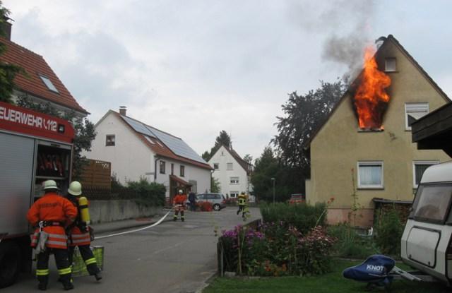 27-08-2013 alb-donau-kreis regglisweiler wohnhausbrand flammen feuerwehr zwiebler koenig new-facts-eu20130827 titel