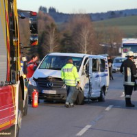 07-01-2014_b12_wilpoldsried_unfall-lkw_krankenwagen_feuerwehr_verletzte_poeppel_new-facts-eu20140107_0002