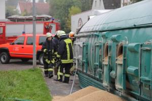B312-Edenbachen - Getreidesilozug kippt in Kurve um - Fahrer verletzt