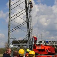 23-04-2014-biberach-kirchberg-hochspannungsleitung-unfall-arbeiter-feuerwehr-poeppel_new-facts-eu_0063