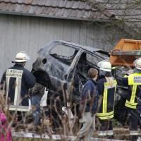28-12-2013_unterallgau_greimeltshofen_brand_pkw_landwirtschfatliches-anwesen_feuerwehr_wis_new-facts-eu20131228_0005
