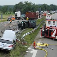 02-07-2014-a7-nersingen-unfall-lkw-verletzte-pkw-feuerwehr-zwiebler-new-facts-eu20000101_0026