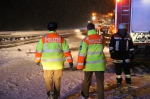 30-12-14-A7-Altenstadt-Lkw-Unfall-Schnee-Feuerwehr-Stau-poeppel-new-facts-eu0017