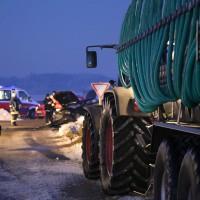 13-02-15_BW_Erolzheim_Kirchdorf_Unfall_Traktor_Pkw_Feuerwehr_Poeppel_new-facts-eu0003