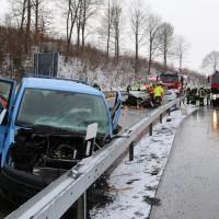 Krugzell - Frontalzusammenstoß - Pkw gegen Baufahrzeug - mehrere Schwerverletzte