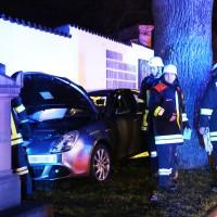 27-03-15_BY_Memmingen-Steinheim_Unfall_Pkw_Freidhof_Baum_Feuerwehr_Poeppel_new-facts-eu0012